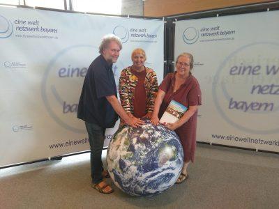 Claudia Roth in Augsburg mit Anita und Dieter Fuchs für die Eine-Welt.